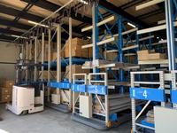 319 小物から長物までの商品をすき間なく収納できる移動式ラック 信和自動車工業(株)厚木支店