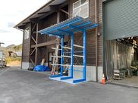 348 湿気対策にも!長尺木材を濡らさないように保管する屋根付きバーラック 岐阜県森林研究所